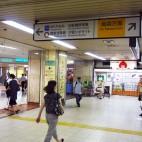 C:JR新橋駅汐留口から烏森方面を右手にみて左手へ進む