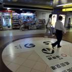 D:都営浅草線新橋駅改札前の売店